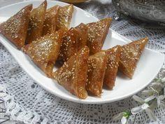Operación Pastelito:: Briwat de almendras (unos pastelitos marroquíes por excelencia) Food N, Food And Drink, Morrocan Food, Arabic Dessert, Arabic Sweets, Arabian Food, Indian Dessert Recipes, Molecular Gastronomy, Mini Cakes