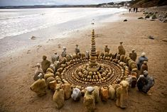 James Brunt creates elaborate ephemeral artworks using the natural materials he finds in forests, parks, and beaches near his home in Yorkshire, England. This form of land art, Land Art, Andy Goldsworthy, Cairns, Alfons Mucha, Art Environnemental, Art Et Nature, Nature Images, Beach Drawing, Art Pierre