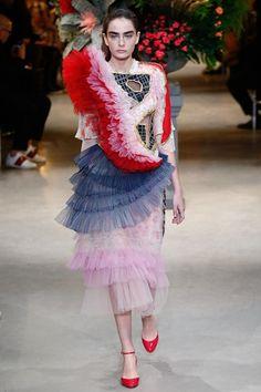 Guarda la sfilata di moda Viktor & Rolf a Parigi e scopri la collezione di abiti e accessori per la stagione Alta Moda Primavera Estate 2017.