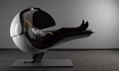 bureau lit sous la forme d'un casque futuriste dans les locaux de Google