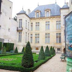 Jardin à la française de l'hôtel Donon actuel musee Cognac-Jay rue Payenne - Paris 4 #parisjetaime #pariscityvision #pariscartepostale #paris #paris4 #streetartparis #garden #nature #architecture #archidaily #archilovers #ig_paris #igersparis #igersfrance #instago #instacity #instacool #instagarden #instalike #instalove #green #nature #instaparis #instatravel by parisianshoegal