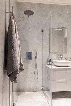 Bathroom Spa, Bathroom Hooks, Small Bathroom, Mini Bad, Bathroom Inspiration, Toilet, Sweet Home, Room Decor, House Design