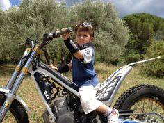 Sur la moto de Papa ! Bicycle, Motorcycle, Vehicles, Motorbikes, Bike, Bicycle Kick, Trial Bike, Biking, Motorcycles