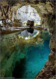 Caverna, no Bruce Peninsula National Park, no estado de Ontário, no Canadá.