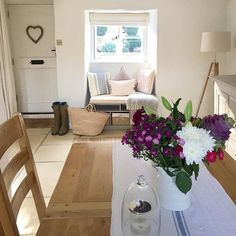 This tiny space has been turned into such a cosy little corner where you would just want to sit and read♡ Cottage Hallway, Cottage Windows, Cozy Living Rooms, Home Living Room, Dining Rooms, Shabby Cottage, Cottage Style, Shabby Chic, Living Room Inspiration