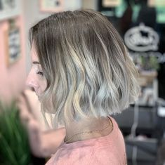 Here's a way to customize your short haircut. Jazz up your choppy bob with color melt for a trend that only needs minimal upkeep. Choppy Bob Hairstyles, Latest Hairstyles, Easy Hairstyles, Choppy Cut, Textured Bob, Color Melting, Short Haircut, Cut And Style, Bob Cut