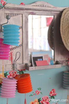 Fêtez le printemps avec les lampions et les mobiles fleurs de Petit Pan. Flea Market Displays, Spring Is Here, Cabins In The Woods, Jewel Box, Paper Lanterns, Colorful Decor, House Colors, Party Time, Kids Room