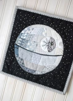 Patchwork Death Star // wild olive - the cutest mini quilt project with a Star Wars theme This would be amazing with tonal grey texty prints! Star Wars Quilt, Quilting Projects, Quilting Designs, Sewing Projects, Sewing Tips, Quilting Ideas, Sewing Tutorials, Quilting Templates, Easy Projects