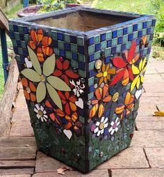 pots in mosaic Mosaic Planters, Mosaic Vase, Mosaic Flower Pots, Painted Flower Pots, Painted Pots, Mosaic Tiles, Mosaic Crafts, Mosaic Projects, Terracotta Plant Pots