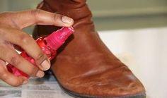 Dunkle Gebrauchsspuren auf deinen teuren Lederschuhen machen dir das Leben schwer? Zum Glück kannst du die lästigen Striemen schnell und einfach entfernen. Befreie deine Schuhe zuerst von allem Dreck. Fülle eine Sprühflasche zur Hälfte mit Wasser, zur anderen Hälfte mit Essig und sprüh deine Schuhe mit der Mischung ein. Wisch die Schuhe mit einem sauberen Tuch ab, massiere ein klein wenig Haarspülung in das Leder ein und geh zum Schluss mit Imprägnierspray über das Leder. Deine Schuhe sehen…