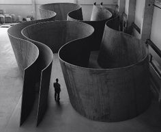 """Born in San Francisco in Richard Serra is one of the most significant artists of his generation. His work in sculpture and drawing has been celebrated with two retrospectives at the Museum of Modern Art twenty years apart: """"Richard Serra/Sculpture""""… Richard Serra, Sculpture Metal, Abstract Sculpture, Geometric Sculpture, Land Art, Bilbao, Instalation Art, Gagosian Gallery, Colani"""
