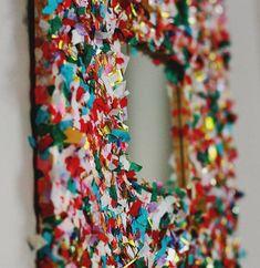 27 projetos que você mesmo pode fazer para dar uma animada em sua casa Ikea Mirror, Diy Mirror, Diy Arts And Crafts, Diy Crafts, Aunt Peaches, Diy Confetti, Confetti Cake, Diys, Frame Crafts