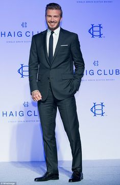David Beckham wears Ralph Lauren at the press conference for Diageo Korea 'Haig Club' David Beckham Suit, David Beckham Style, Mens Fashion Suits, Mens Suits, Mens Charcoal Suit, Stylish Men, Men Casual, Formal Men Outfit, Mode Costume