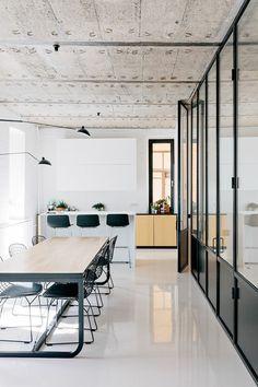 loft et associé, le salon style industriel, sol en carrelage blanc