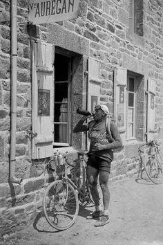 Tour de France 1924. 26-06-1924, 3^Tappa Cherbourg - Brest. Veuve Auregan, Landerneau, Victor Lenaers (1893-1968) si disseta. [Presse Sports - L'Equipe]