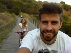 Gerard Piqué e Shakira Andam de Bicicleta