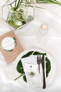 Die botanischen mit Aquarell gemalten Blätter auf der Hochzeitseinladung 'Greenery Leaves' sind auf einer Karte im Kraftpapier-Look. Greenery meets Boho. Dabei spielt jedes Element der Hochzeitspapeterie unterschiedlich mit der Positionierung der Blätter.