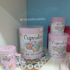 #mulpix Novidades 😍😍 Trio latas cupcakes  59.00; porta condimento floral com alça 18.00  Compre pelo whats 15 981219863/ Direct / Loja Física Mercadão Campolim Sorocaba.  Visite nosso site e conheça alguns produtos www.coisasdecasinha.com.br  #mimospracasa  #coisasdecasinha   #novidades  #cozinhadeboneca  #donadecasa   #enxoval  #casanova  #chadecozinha  #chadepanela  #mesaposta  #fofuricespracasa  #mimospracasa   #utilidadesdomesticas  #produtosparaolar  #enxoval  #noivas  #casamento…
