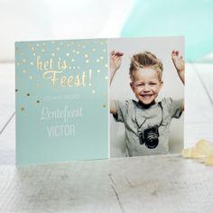 Val op met dit mooie mintgroene fotokaartje. Door de mooie foto en de twinkeling van de gouden bolletjes is het kaartje op zich al een feest!Afwerking met goudfolie