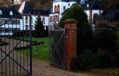 Das Tor macht auf, das Tor macht weit, ... es naht die schöne Weihnachtszeit, Besucher werden hier beglückt,  denn auch Schloss Dagstuhl ist geschmückt. :-)
