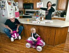 """Dave Engledow; küçük kızı Alice Bee ve """"world's best father"""" kahve kupasıyla sevimli fotoğraflar çeken/çekilen yine sevimli bir baba ve fotoğrafçı. Karelerde kızıyla görülen tüm tehlikeli eşyaları ve durumları photoshopla yarattığını belirtelim."""