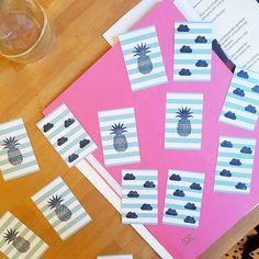 Neuerdings tummeln sich Ananas- und Wölkchen auf unseren neuen Visitenkarten. Heute frisch gestempelt. :) #stamps #businesscards #visitenkarten #diesdasananas #pineapple #wölkchenliebe