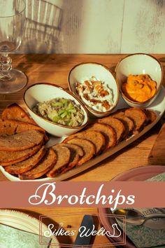 Was machst Du mit Brot🍞 wenn es nicht mehr so frisch ist? Ich mache da gerne Brotchips. Dünn aufgeschnitten, mit einer Öl-Kräutermischung bestreichen und im Backofen knackig braun rösten. So ist es eine leckere Knabberei und dazu gibt es noch leckere Dips, wie mein Knobi-Dip mit gebackenem Knoblauch oder eine Salata de Vinette etc...😋 Das Rezept für die Brotchips und den Knobi-Dip findest Du hier auf meinem Blog📝. #silkeswelt #Brot #resteverwertung