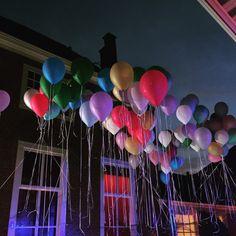 Ballonnen boven een open lucht dansvloer.
