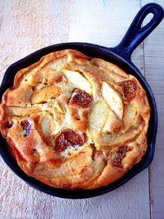 Δεν είναι κέηκ, δεν είναι πραγματική τάρτα αφού δεν έχει ζύμη. Στη γαλλική κουζίνα το αποκαλούν κλαφουτί (clafoutis), ένα όνομα που δίνουν σε όλες τις παρόμοιες συνταγές με φρούτα, χωρίς ζύμη.