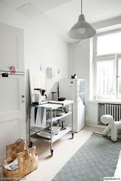 apupöytä,keittiö,pärekori,yksiö,matto