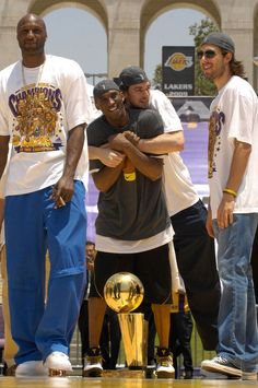 Lamar Odom Kobe Bryant Pau Gasol and Sasha Vujacic at the Lakers championship rally Kobe Bryant And Wife, Kobe Bryant Family, Kobe Bryant 8, Basketball Pictures, Love And Basketball, Nba Pictures, Basketball Videos, Basketball History, Nba Players