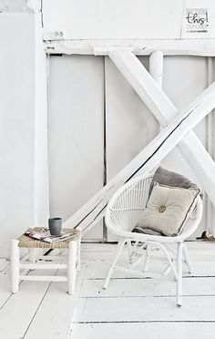chaise en rotin, parquet blanc