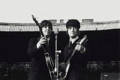 Paul McCartney and Jon Lennon. The Beatles Live, Les Beatles, Beatles Guitar, Beatles Art, Sir Paul, John Paul, Paul Wesley, John Lennon, Lennon And Mccartney