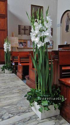 Sencillo y lindo arreglo de piso con gladiolas