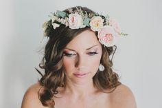 Trendfarben in der Hochzeitsdeko, Foto Katie Pritchard Photography | www.hochzeitsplaza.de/hochzeitstrends/trendfarben-in-eurer-hochzeitsdeko |  #hochzeitstrend #hochzeit #pantone #blumenkranz #braut #haarschmuck