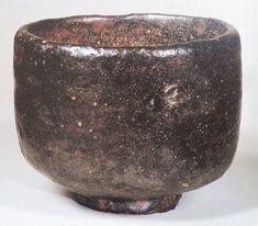 28、「まこも」 藤田美術館蔵 先の「あやめ」と兄弟に当たる、作行きの似た茶碗と言われていますが、似ているのは形のみで、随分あやめとは違った印象を持ちます。表面は信楽のようにかなりゴツゴツしていて、侘びています。