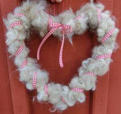Ull virat med en ståltråd , format till ett hjärta. Christmas Wreaths, Valentines Day, Diy Crafts, Holiday Decor, Valentine's Day Diy, Make Your Own, Homemade, Craft, Valentine Words