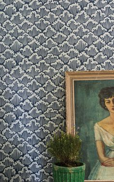blue patterned wallpaper + vintage painting + houseplant = perf.
