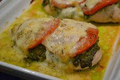 Kip pesto uit de oven met tomaat en mozzarella.