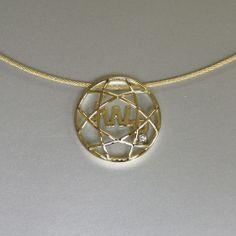 geelgouden hanger waarin als herinnering een draagspeld bestaande uit initialen en een diamant is verwerkt