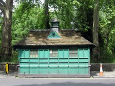 In Victorian London, small green huts built to prevent horse drawn cab drivers from drinking on duty