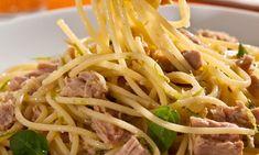 Cozinhe o espaguete de acordo com as instruções da embalagem e reserve. Em uma panela, aqueça o azeite e doure a cebola. Despeje o vinho e deixe cozinhar por 2 minutos. Desligue o fogo, junte o suco de limão, o sal, e o atum em pedaços grandes. Misture delicadamente o espaguete, a raspas de casca […] Nom Nom, Spaghetti, Yummy Food, Delicious Recipes, Food And Drink, Cooking, Ethnic Recipes, Canned Tuna Recipes, Noodle Recipes