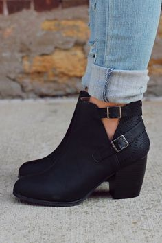 ▪️Nothing beats black ankle boots, the cut outs spice them up▪️