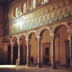 Petite fille dans la lumière de la basilique, Sant'Apollinare Nuovo in #Ravenna - Instagram by @Adeline