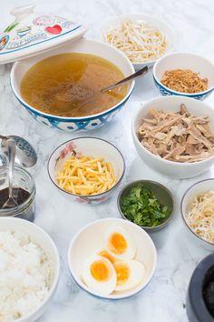 Recept voor saoto soep, de beroemde Surinaamse soep met een heerlijke kippenbouillon, peperketjap en verschillende toppings. Een echt succesnummer!