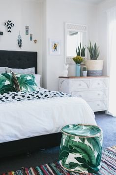 Tropical bedroom decor inspiration solutions for rental decor problems apartment therapy tropical style bedroom ideas Tropical Bedroom Decor, Tropical Bedrooms, Tropical Decor, Bedroom Green, Tropical Bedding, Tropical Interior, Tropical Style, Tropical Colors, Small Bedrooms