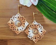 Brinco de Crochê - Melina Crochet Earrings Pattern, Crochet Jewelry Patterns, Crochet Bracelet, Crochet Accessories, Love Crochet, Crochet Gifts, Crochet Motif, Crochet Flowers, Crochet Stitches