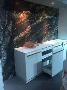 Everyone has their own opinion related to marble as a material suitable for interior decor, especially in the kitchen. The marble backsplash is especially Modern Kitchen Ovens, Kitchen Ideas, Bathroom Shower Organization, Style Deco, Cuisines Design, Beautiful Kitchens, Amazing Architecture, My Dream Home, Backsplash