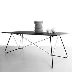 """On a String - Tisch: """"On a String"""" Tisch von OK Design besteht aus einer Tischplatte aus Linoleum, die von einer Konstruktion aus Metallrohren und Schnüren getragen wird."""