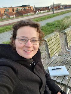 Na een heerlijke dag in de buurt van Breskens gingen we vandaag terug de Westerscheldetunnel door richting Vlissingen en Zoutelande. Daar genieten, uitwaaien, kibbeling eten en een groepsfoto scoren. Maar niet voor ik op de dijk in mijn dankbaarheidsboekje had geschreven. Lees je mee? Zondag 18 april 2021 Lief dagboek,… Het bericht &Zus dagboek #14 met mijn dankbaarheidsboekje op de dijk verscheen eerst op Bij Zus. Round Glass, Blogging